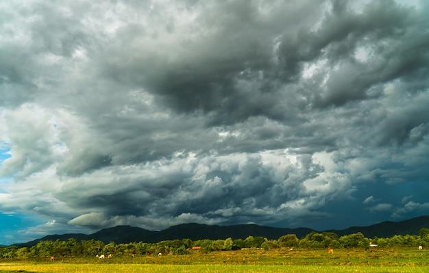 Onweer storm hemel regenwolken