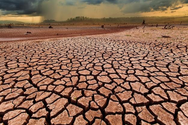 Onweersbui hemel regenwolken gebarsten droog land zonder water