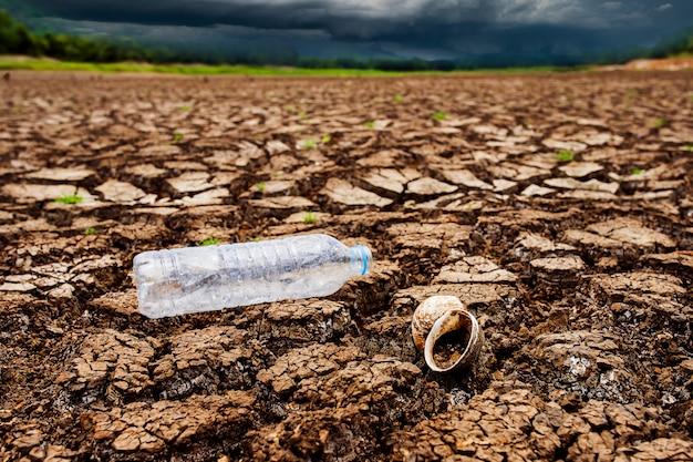 Onweersbui hemel regenwolken gebarsten droog land
