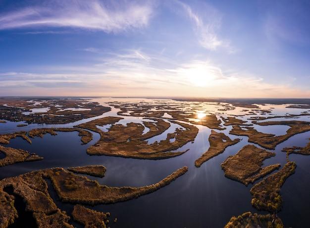 Onweerstaanbare overstromingen op de samara-rivier op de dnjepr in oekraïne in het warme, heldere avondlicht