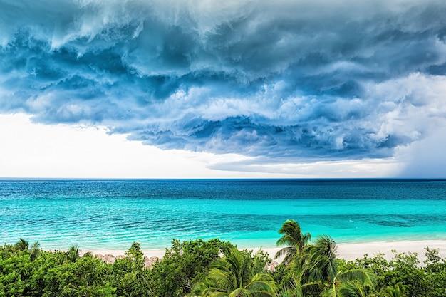 Onweerswolken boven de zee.