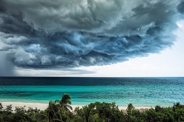 Onweerswolken die het strand van de oceaan naderen