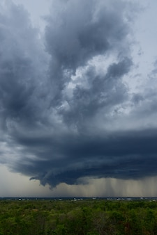 Onweerswolken met de regen. natuur milieu donkere enorme wolk lucht zwarte stormachtige wolk