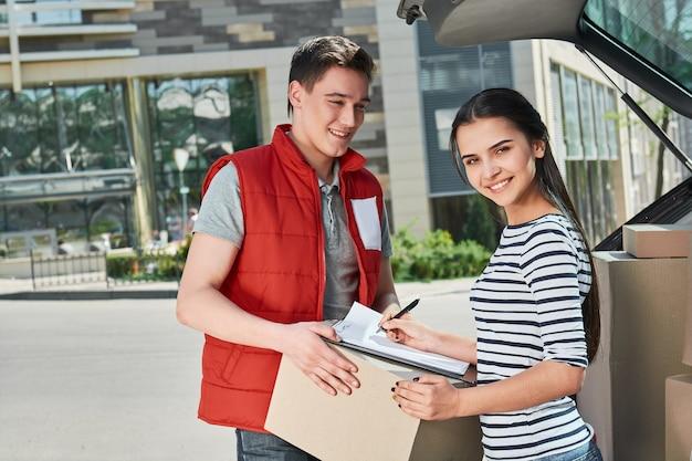 Onze houding ten opzichte van anderen bepaalt hun houding ten opzichte van ons lachende vrouw die ontvangstbewijs ondertekent