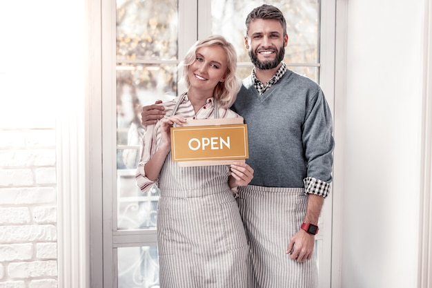 Onze zaken. positieve gelukkig man knuffelen zijn vriendin tijdens het samen openen van een kooi