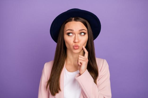 Onzeker minded meisje kijkt copyspace aanraking vinger wang denk gedachten kan niet beslissen herfst weekend 14-februari besluit maken lippen mollig draag trendy pastel kleding geïsoleerde paarse kleur achtergrond