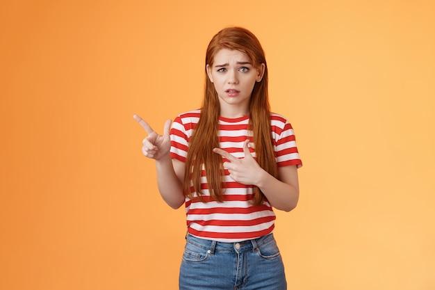 Onzeker ondervraagd gefrustreerd schattig roodharig meisje voelt zich nerveus onzeker over verdacht aanbod fronsend...