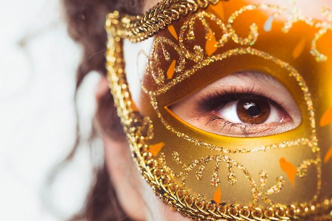 Oog van de vrouw in een prachtig masker