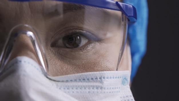 Oog van een arts die veiligheidsbril draagt.