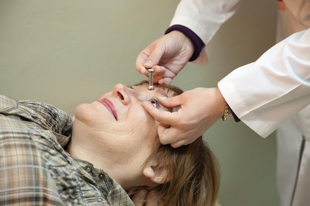 Oogheelkundige meet de oculaire spanning