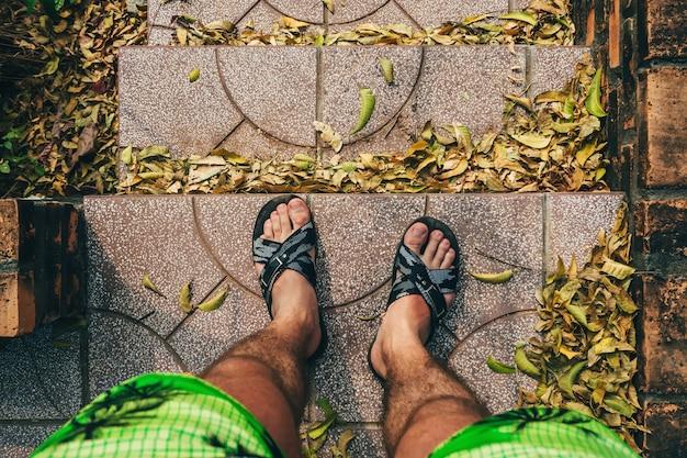 Oogpunt op de voeten van mannen op de trap