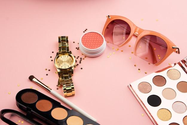 Oogschaduw accessoires kralen make-up kwasten collectie professionele cosmetica op roze