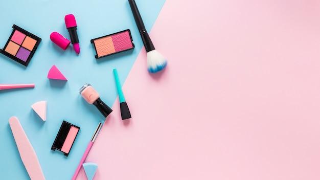 Oogschaduw met lippenstift en poederborstel op lijst