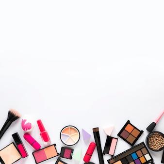 Oogschaduw met lippenstift en poederborstel op tafel