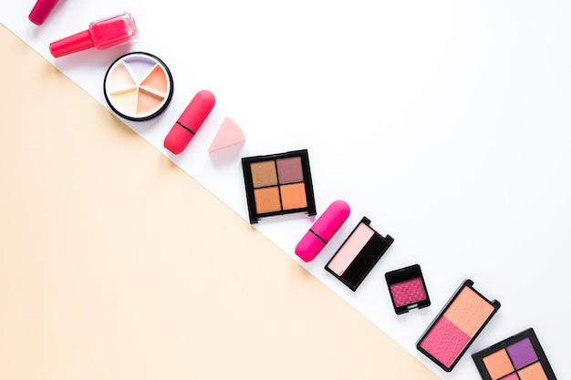 Oogschaduw met lippenstift op tafel