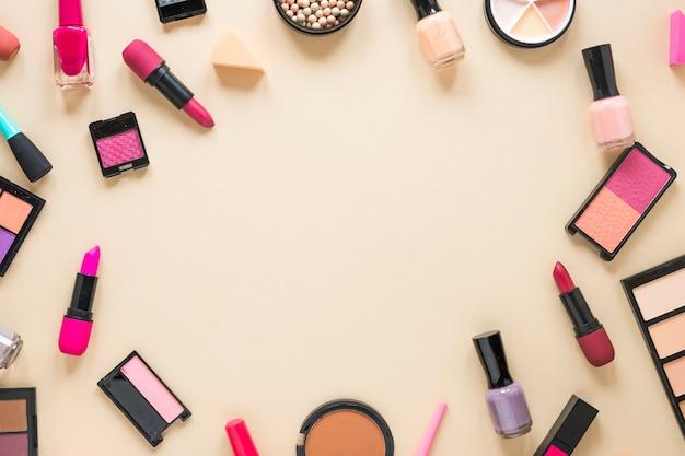 Oogschaduwwen met lippenstiften op beige lijst