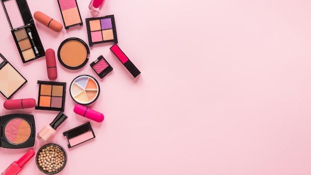 Oogschaduwwen met lippenstiften op roze lijst