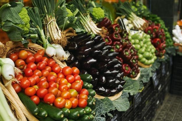 Oogst van verse groente in manden die buiten op de markt te koop worden gepresenteerd