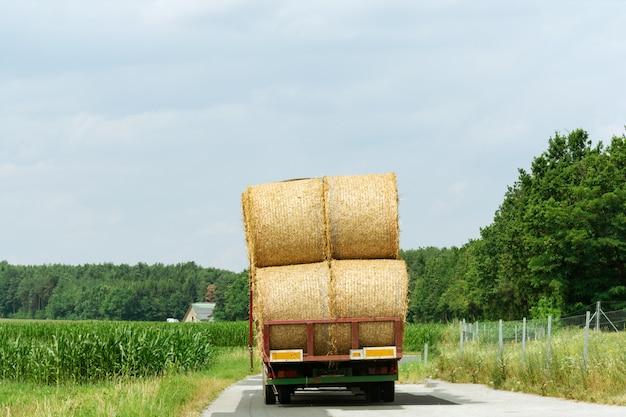 Oogsten en transporteren van gewassen in de agrarische industrie.