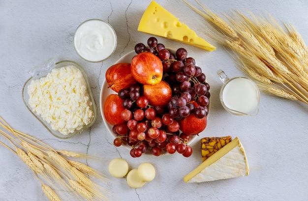 Oogsten van fruit, melk, kaas en tarwe
