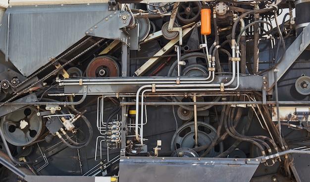 Oogstmachines en maaidorseronderdelen in de fabriek wachten op verkoop