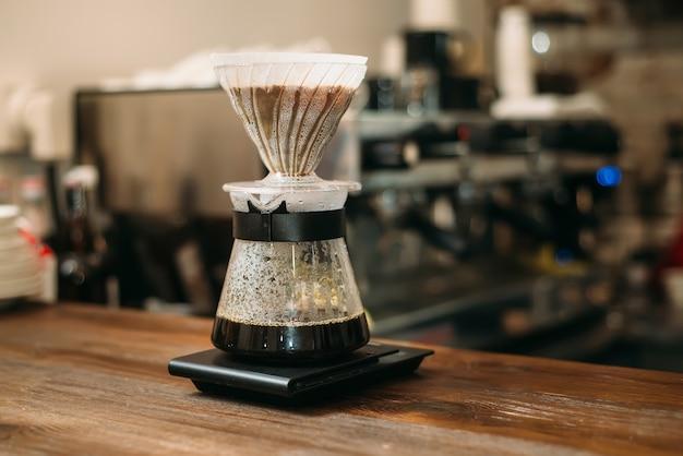 Рўooking koffie in een glazen pot op toog.