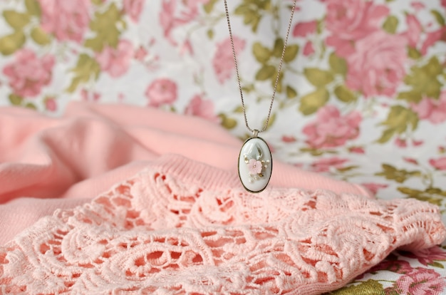Oorbellen en hanger aan een ketting met een ovaalvormig frame van messing met een porseleinen cabochon inzetstuk. vintage decoratie