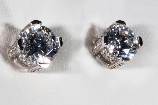 Oorbellen gemaakt van wit goud met zirkoon goedkope vervanging voor een diamant