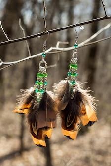 Oorbellen van handgemaakte dromenvanger met veren draden en kralen touw opknoping
