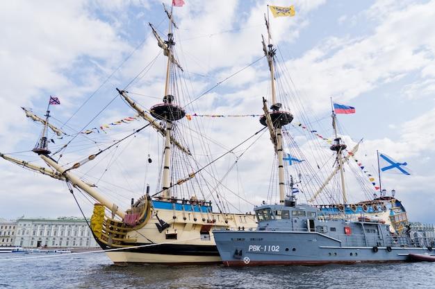 Oorlogsschepen van de russische marine. de viering van de dag van de marine