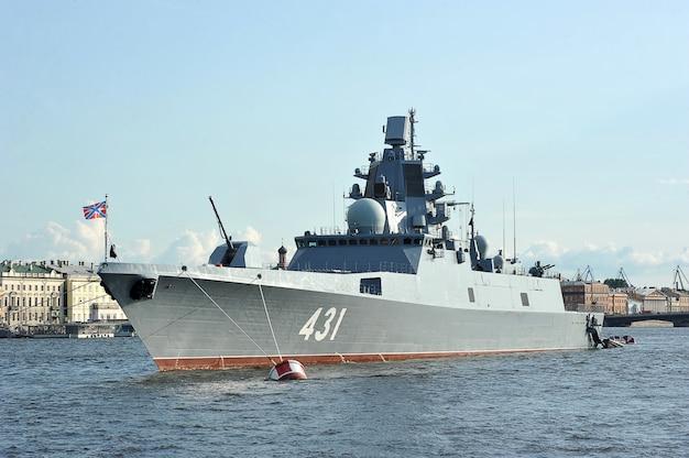 Oorlogsschip admiraal van de vloot kasatonov in de rivier de neva in st. petersburg