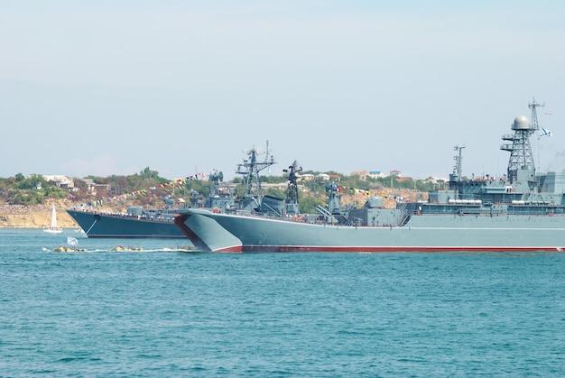 Oorlogsschip van de russische marine in de baai van de zwarte zee