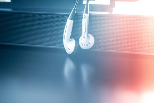 Oortelefoon met sprekersachtergrond
