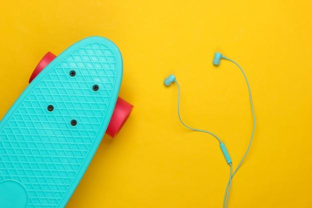 Oortelefoons met kruiserbord op geel. jeugdplezier