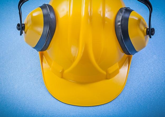 Oorwarmers en bouwvakker op blauwe ondergrond