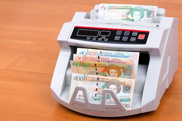 Oost-caribische dollars in een telmachine