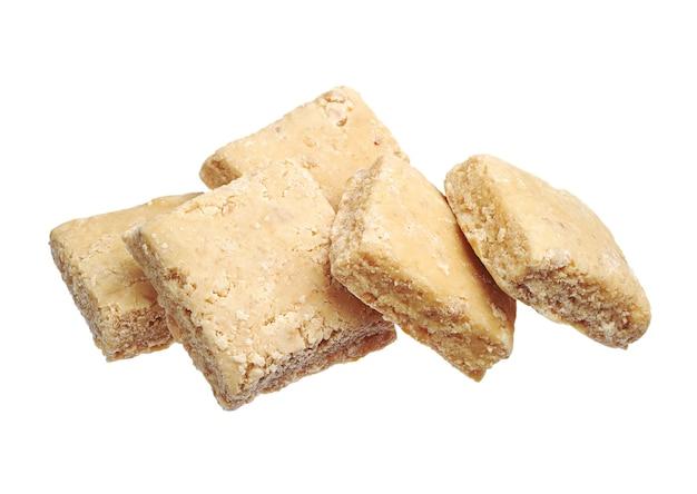 Oost-snoepjes - sorbet met noten op wit wordt geïsoleerd