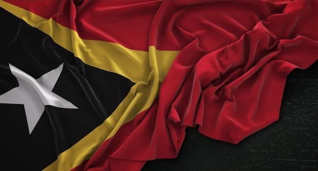 Oost-timor vlag gerimpelde op donkere achtergrond 3d render