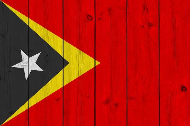 Oost-timor vlag geschilderd op oude houten plank