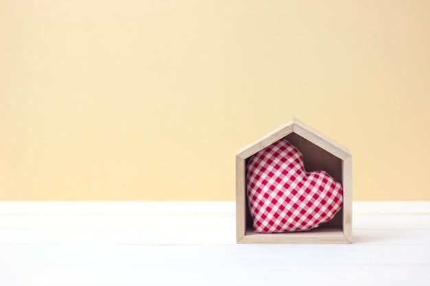 Oost west thuis best. het concept van de valentijnsdag met hartvorm in blokhuis met exemplaarruimte.