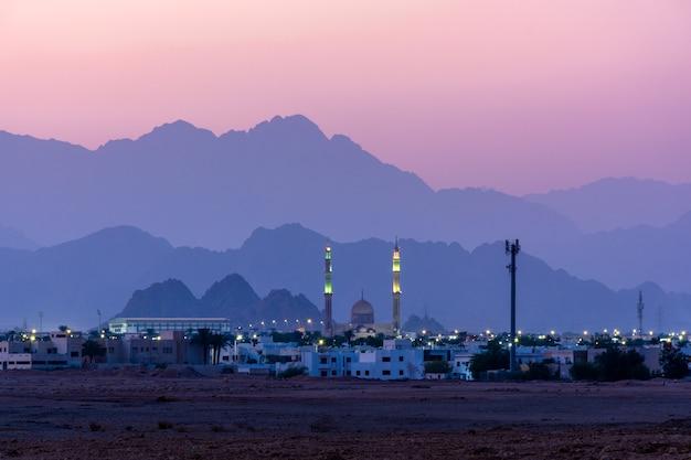 Oostelijke stad met een moskee tegen de avondrood in sharm el sheikh