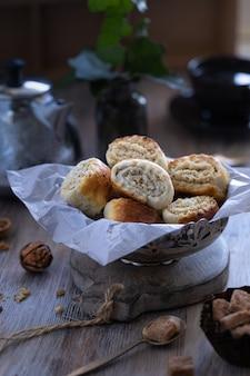 Oosters deeg gemaakt van bladerdeeg en wikkelde er een vulling van suiker, boter en walnoot in