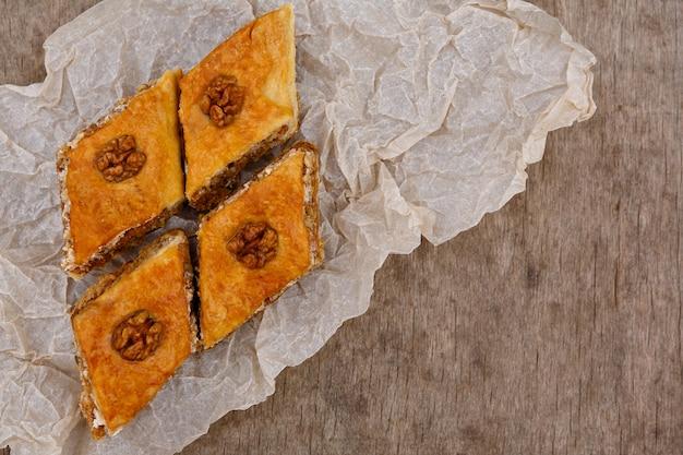 Oosters zoet baklava dessert versierd met walnoot erop
