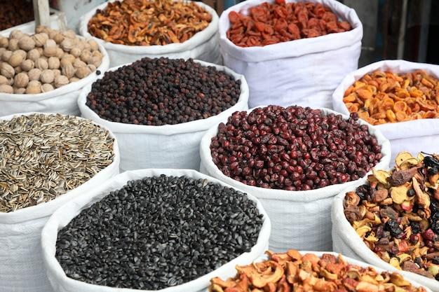 Oosterse bazaar, gedroogd fruit en zaden.