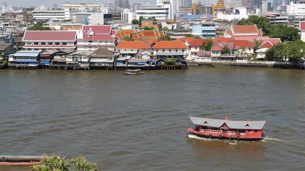 Oosterse boot die op rivier in krungthep-stad drijft