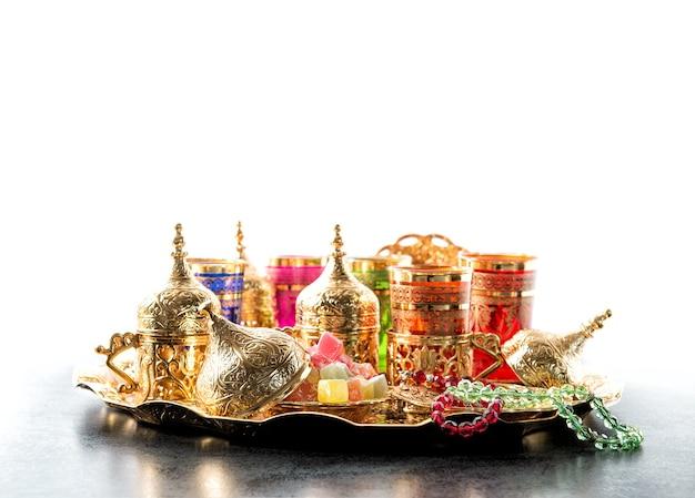 Oosterse gastvrijheid. arabische thee salontafel met gouden kopjes. ramadan kareem