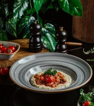 Oosterse keuken, humus met saus erop