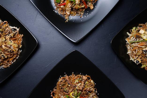 Oosterse keuken restaurant eten menu. maaltijden assortiment. groente- en vleessalades.