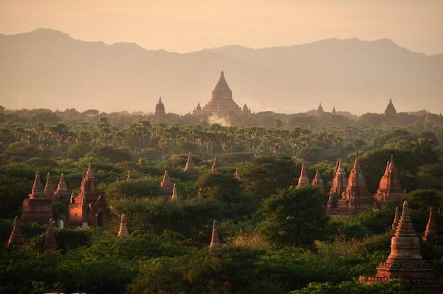 Oosterse pagodes, tempels en paya, myanmar, bagan. mingalazedi sulamani shwezigon, birma bij zonsondergang.