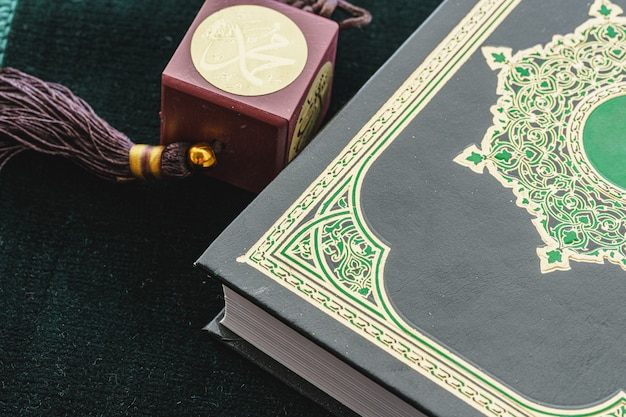 Oosterse religieuze kralen close-up op een houten tafel